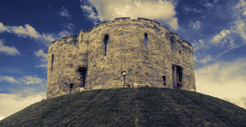Beeindruckende Bauwerke der Normannen: Der Clifford's Tower ist ein normannisches Gebäude in der nordenglischen Stadt York.
