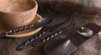 Das Essbesteck im Mittelalter bestand aus Eisen oder Holz.