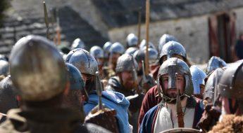 Normannen mit Normannenhelmen und Piken