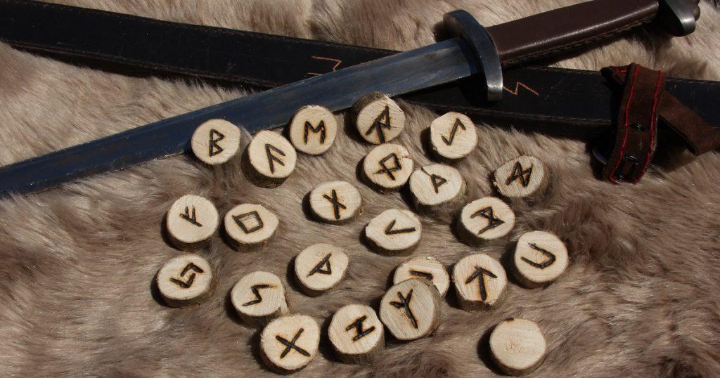 Runenhölzer lassen sich ganz leicht selber herstellen. (c) Der Mächtige Bär