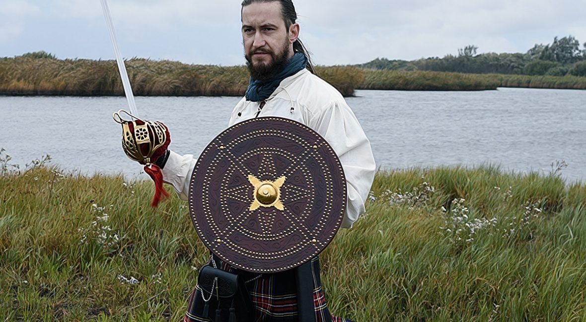Typische Tracht eines Schotten - Kilt, Targe und Breitschwert