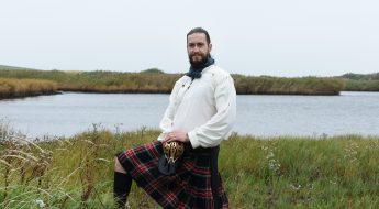 Typische Tracht eines Schotten - Kilt, Hemd und Breitschwert