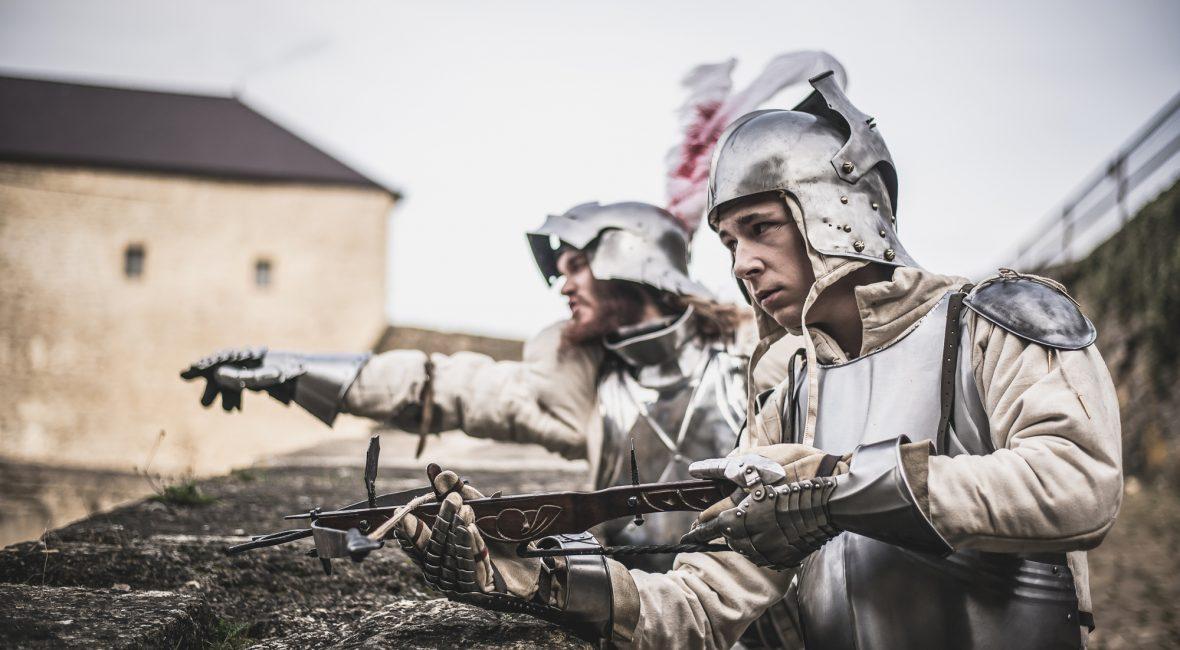 Plattenpanzerung wurde ab dem 14. Jahrhundert getragen und meist mit anderen Rüstungsarten kombiniert.