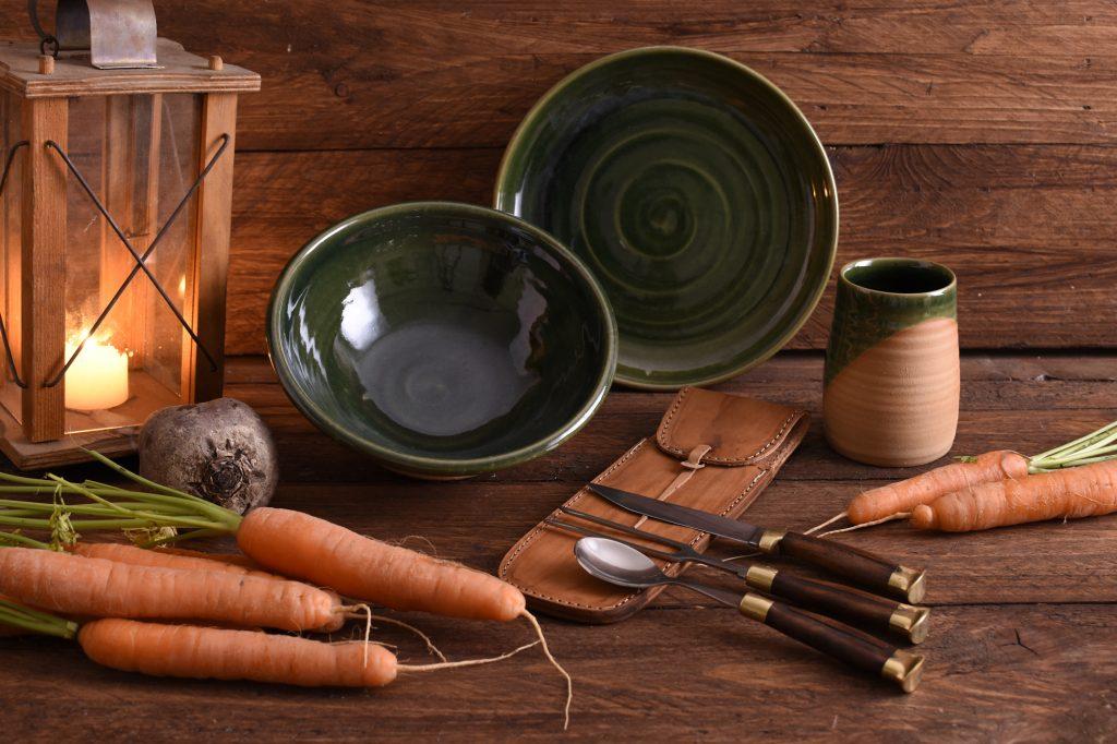 Eine schöne Geschenk-Idee: Nützliches Equipment für das Lagerleben, zum Beispiel Teller, Becher, Besteck oder Lampen.