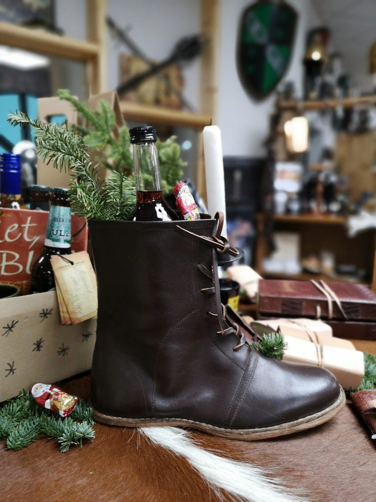 Das Füllen von Stiefeln ist typisch für den Nikolaustag. In unserem Mittelalterladen in Wacken findet ihr Geschenke-Inspiration für jede Stiefelgröße.