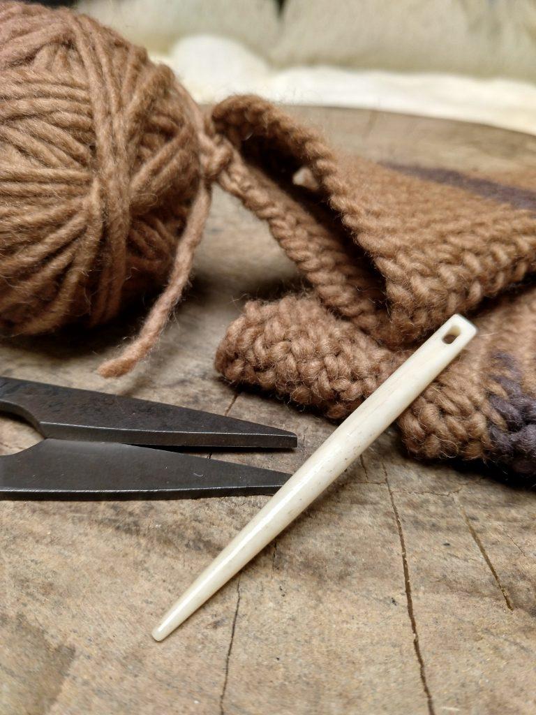 Beim Nadelbinden benötigst Du eine spezielle Nadel mit dickem Öhr und stumpfer Spitze.