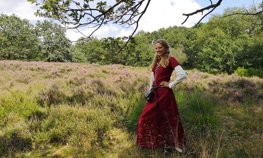 Die Kleider der Edeldame im Spätmittelalter waren eher figurbetont geschnitten.
