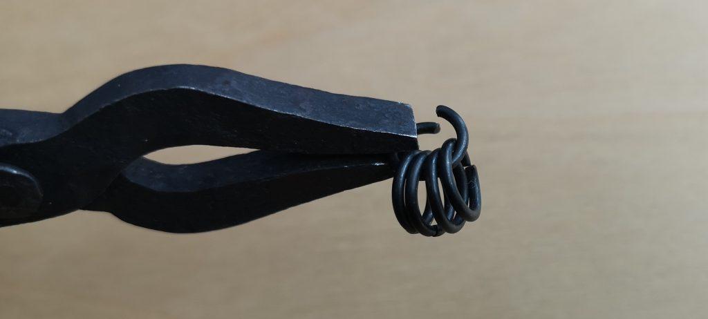 Dein erstes Quintett: Fädel vier geschlossene Ringe durch einen geöffneten, den Du im Anschluss ebenfalls schließt.