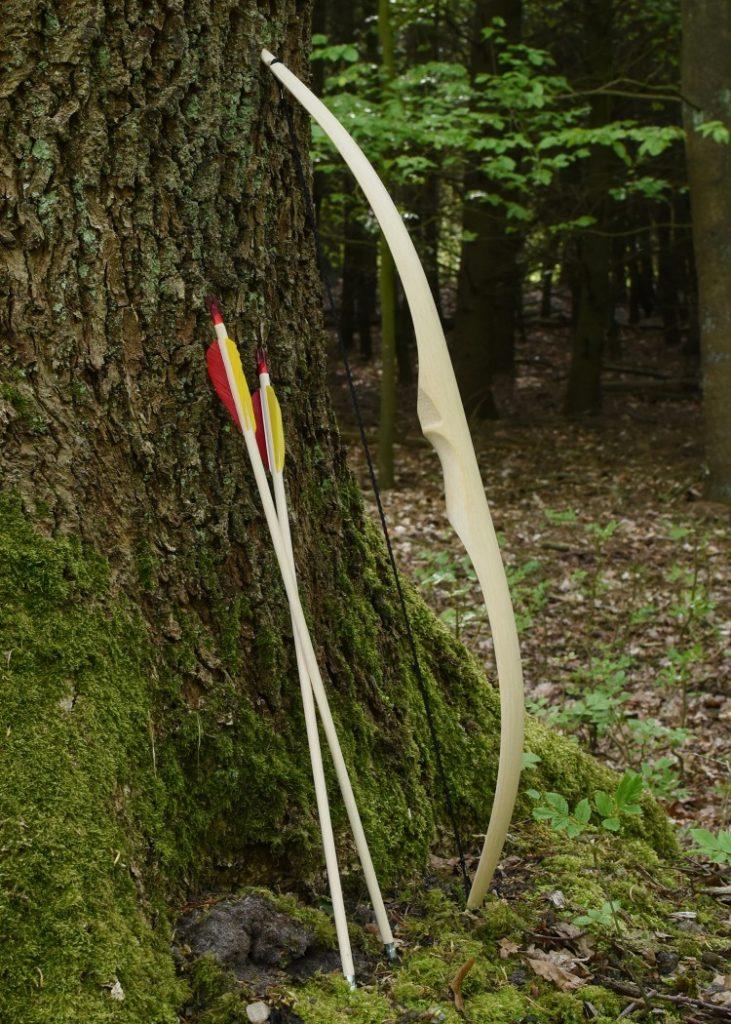 Pfeil und Bogen für Kinder - eine schöne Beschäftigung im Garten oder im Wald
