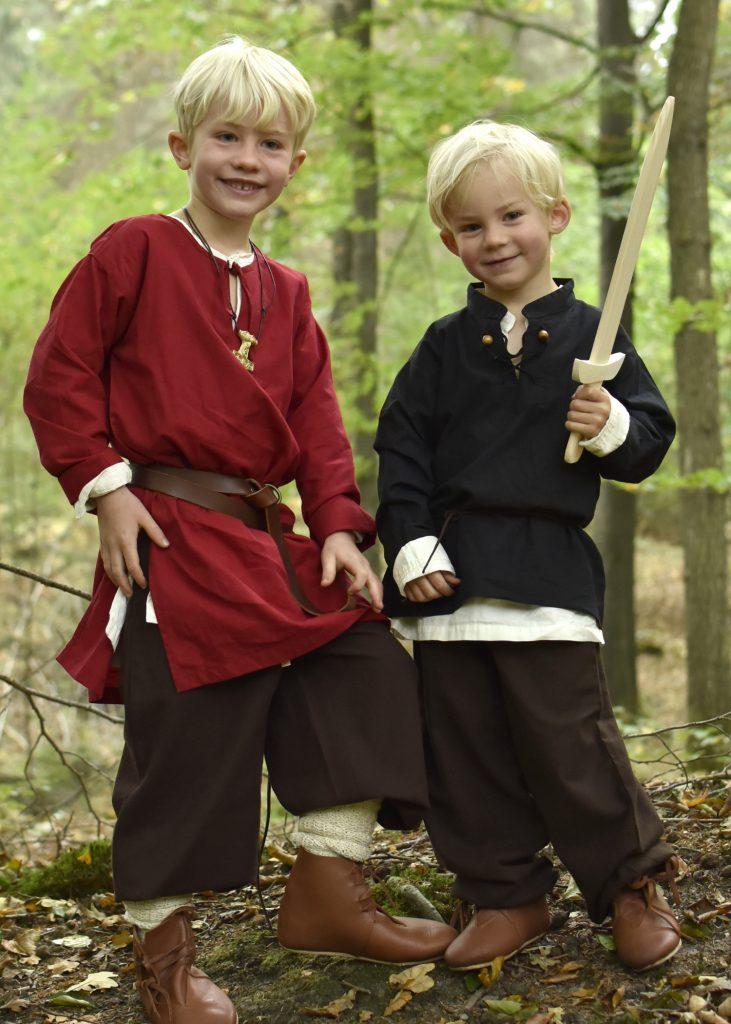 Jungen im Mittelalter: Sie trugen ebenfalls ein Unter- und Obergewand, eine Hose, Gürtel und Schuhe.
