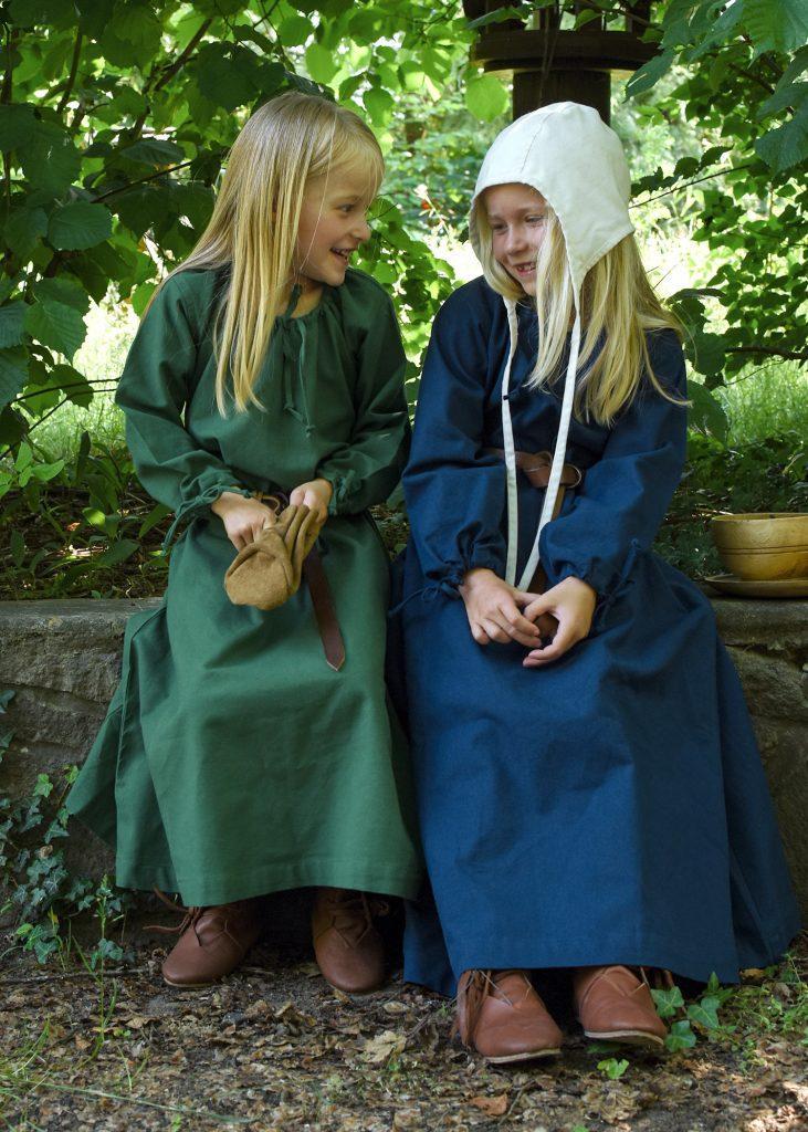 Zwei Mädchen in Mittelalterkleidern.