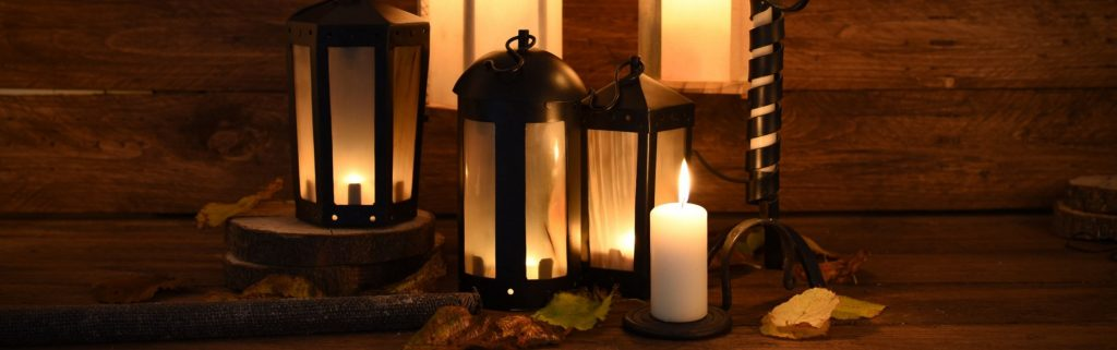 Kerzen und Lampen verbreiten eine warme und heimelige Stimmung im Lager