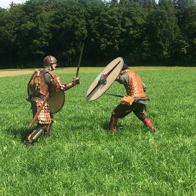 Die Mitglieder des Mittelaltervereins beim Training